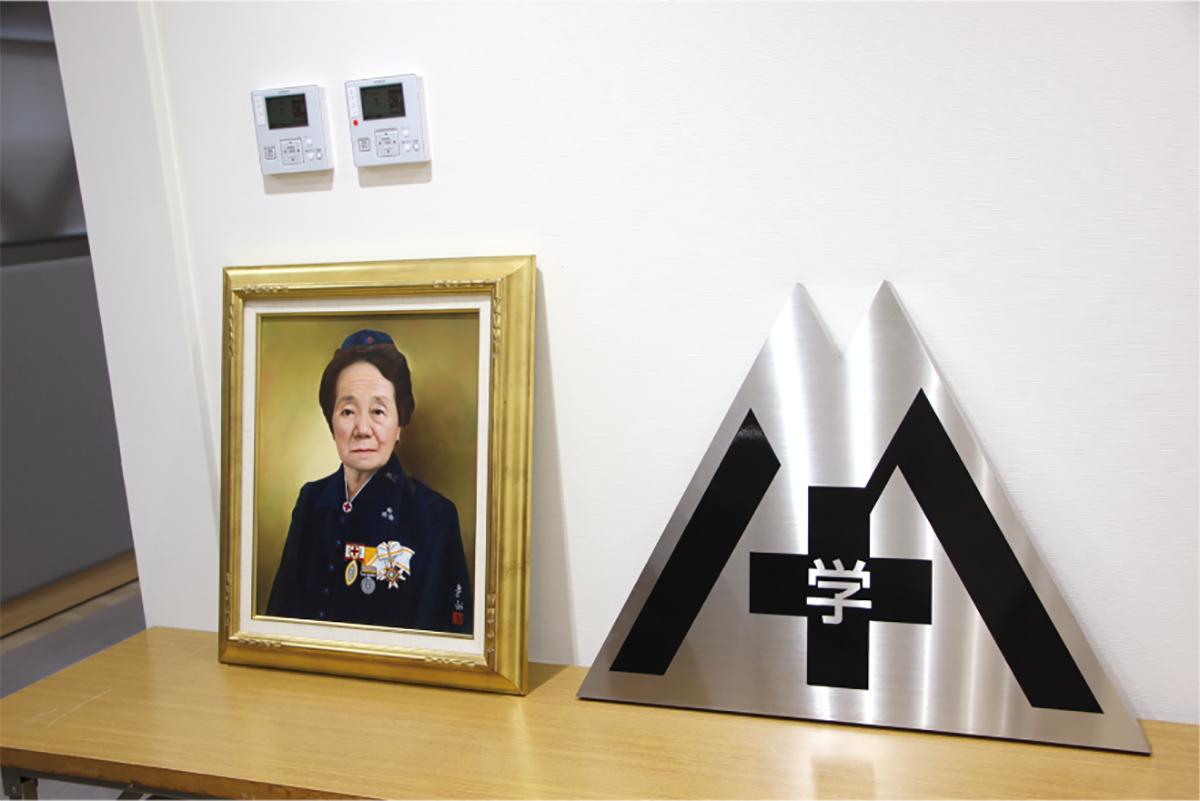 同窓生から寄贈された牧田先生の肖像画